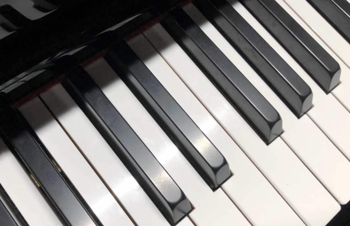 PianoLightの寒色の光で鍵盤を照らす
