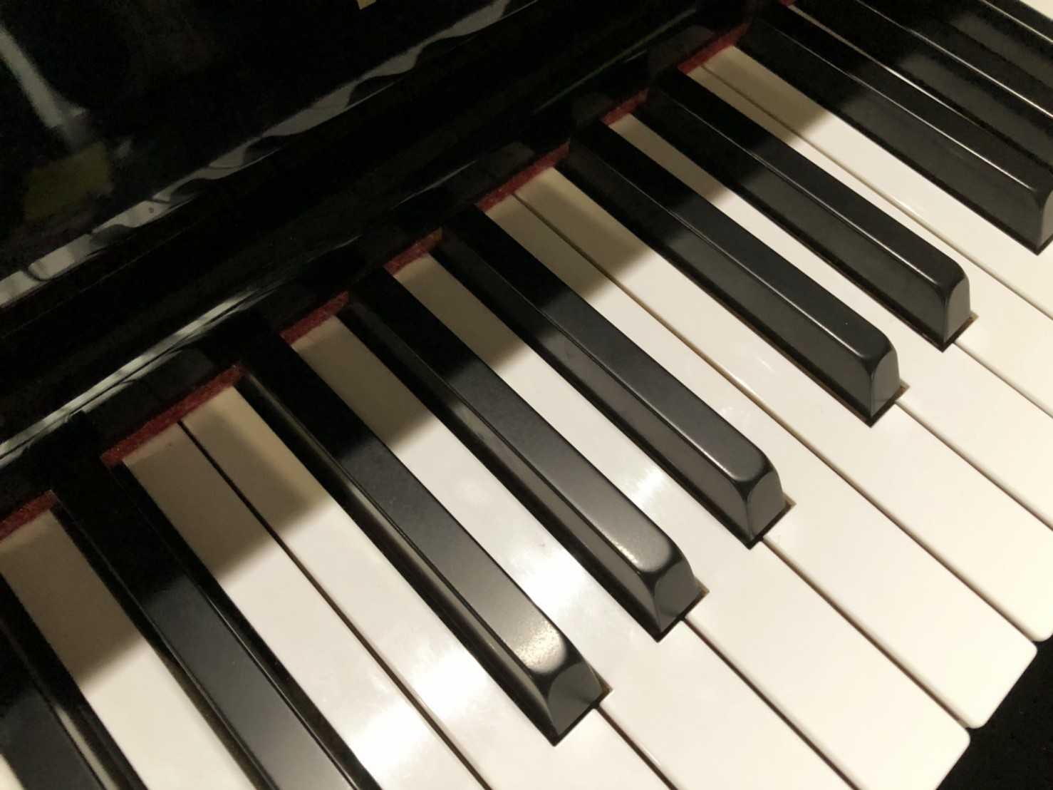 PianoLightの暖色の光で鍵盤を照らす